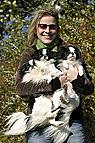 Frau mit Hunden im Arm