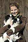 Mensch mit Hunden im Arm