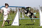 Mädchen mit Hund beim A..