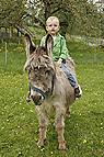 Kind reitet auf Esel