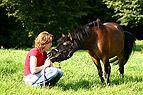 Frau redet mit Pony und ..