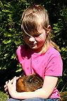 Mädchen mit Meerschwein