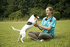 Frau spielt mit Hund