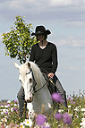 Frau reitet Pony