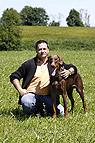 Mann mit Dobermann